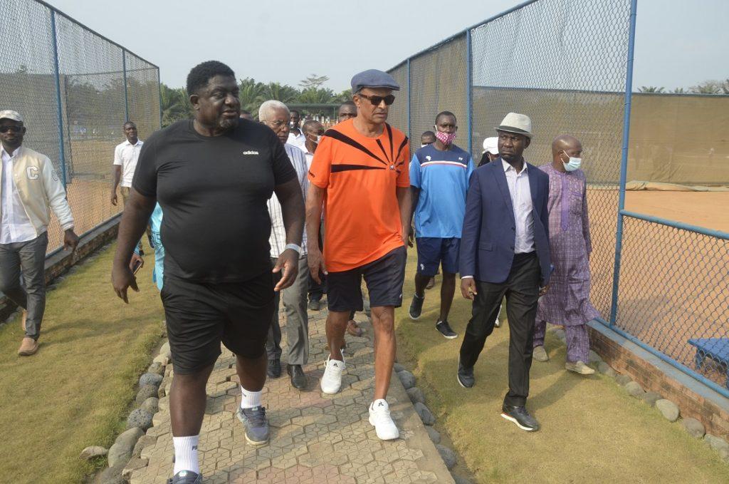 Yannick Noah découvrant la Oyebog Tennis Academy